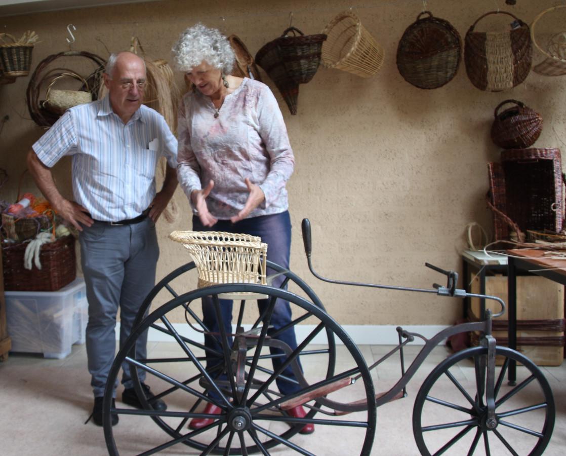Gert-Jan Moed en Anita Kraaij bij de gerestaureerde fiets.