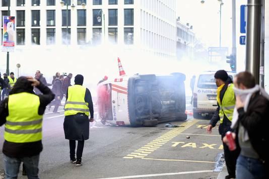 De politie zette traangas en een waterkanon in tegen de rellende betogers.