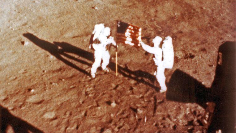 Armstrong en Aldrin plantten de Amerikaanse vlag op de maan. Beeld afp