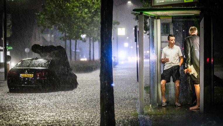 Overtrekkende hagel- en onweersbuien hebben grote schade aangericht in de zuidelijke provincies. Beeld ANP