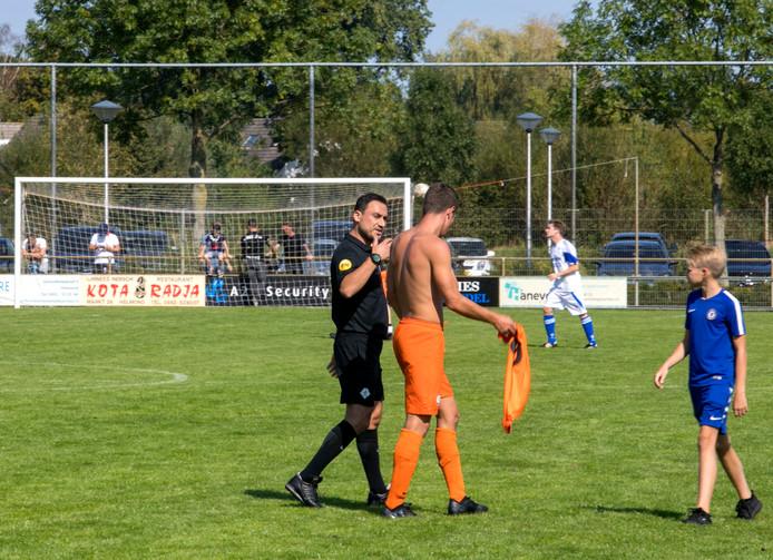 Oranje Zwart uit Helmond speelt een wedstrijd in Brouwhuis tegen Bruheze