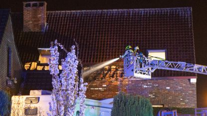 Brand in tuin slaat over op dak van huis