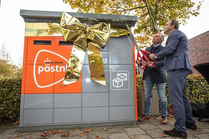 Wethouder Johan Aalberts (rechts) en depotmanager Alexander van Keulen van PostNL gaven het officiële startsein voor de pakket- en briefautomaat.