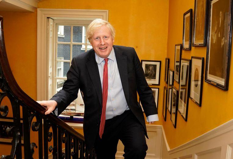 Boris Johnson bij terugkomst op Downing Street 10 uit het ziekenhuis na de geboorte van zijn zoon. Beeld AP
