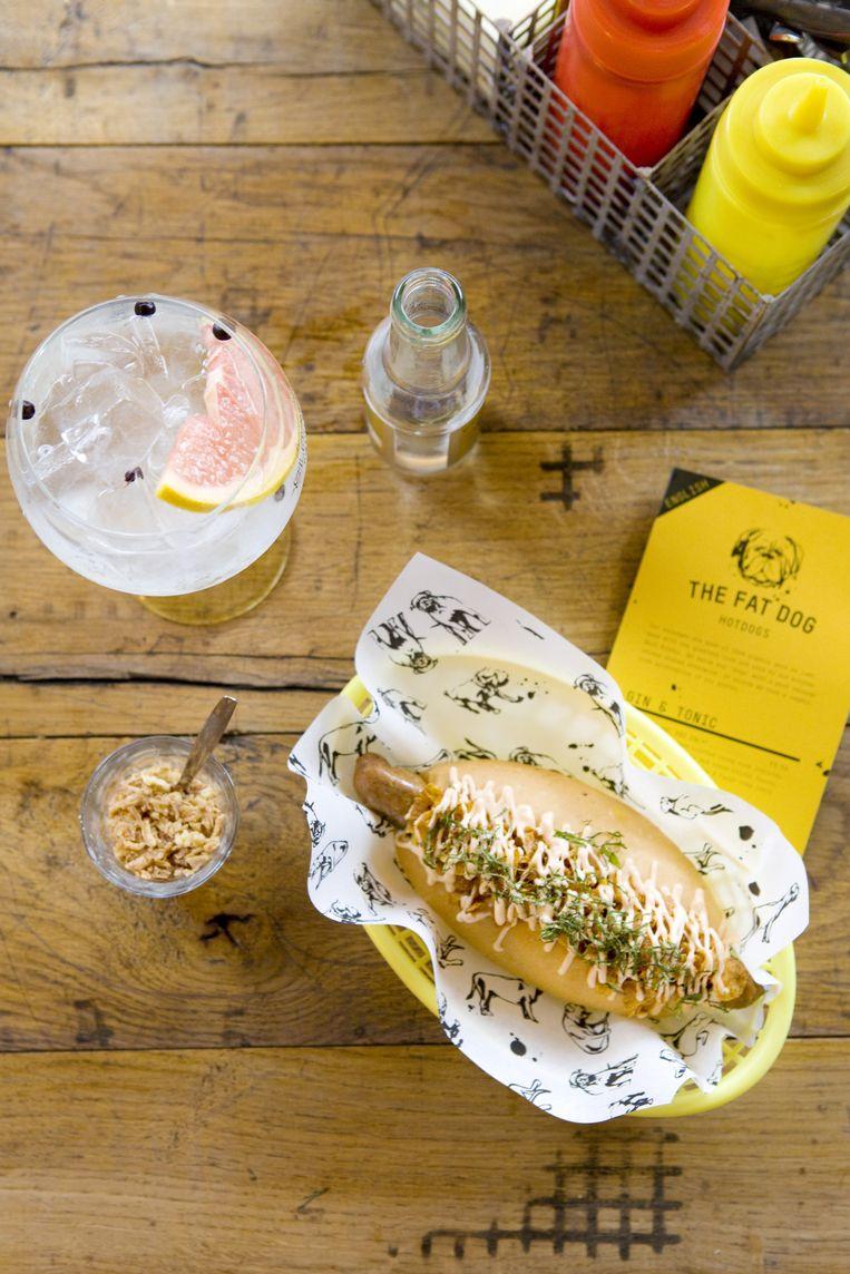 De culinaire hotdog van Fat dog in Amsterdam. Mét gin-tonic. Beeld Io Cooman