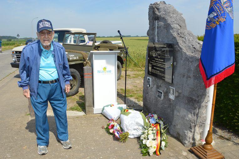 Henry Schultz, het enige nog levende bemanningslid tijdens de herdenking van de 75ste verjaardag van de tragische WOII-vliegtuigcrash 'To Hell or Glory' aan het monument in Outer.