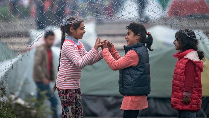 Meisjes spelen in en vluchtelingenkamp in Idomeni.