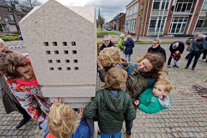 Het kunstwerk 'The day destroys the night' van de Rijense kunstenar Adriaan Seelen staat sinds het voorjaar van 2019 op de wisselsokkel. Rijenaren kunnen nu stemmen welk kunstwerk dit voorjaar de plaats van het werk van Seelen zal innemen  (archieffoto).