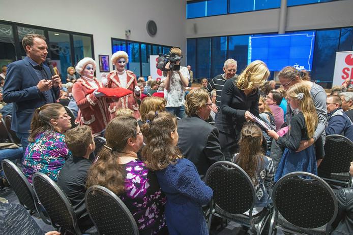In de Osse raadzaal werden maar liefst zeventien kinderlintjes uitgereikt.