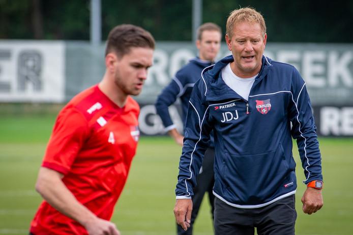 Trainer Jan de Jonge tijdens de eerste training van De Treffers.