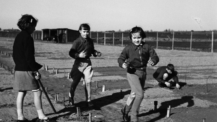 Prinses Margriet (vooraan) met klasgenoten bij haar tuintje van de Baarnse School- en Werktuinen. Beeld Ge van der Werff, anp