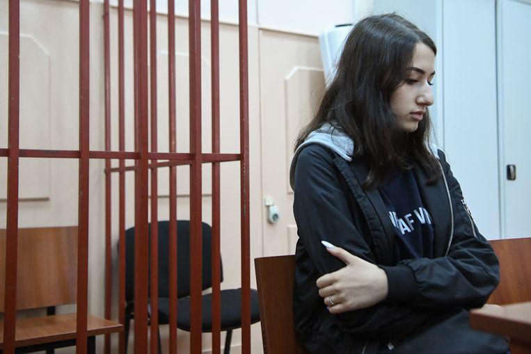 Maria Chatsjatoerjan, een van de drie zusjes die wordt beschuldigd van de moord op haar vader, vorig jaar in de rechtbank in Moskou.  Beeld AFP