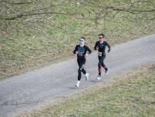 Veilig rennen in het donker langs lanteernpoal'n in Borne