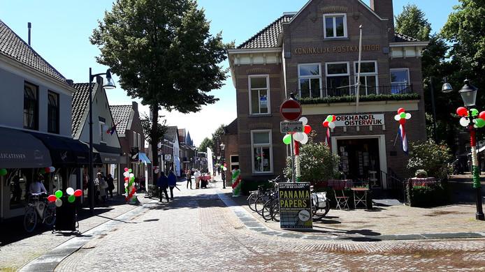 Vanaf de Dorpsstraat gezien, is de Kerkstraat opener geworden omdat er enkele bomen zijn weggehaald.