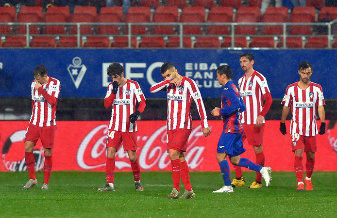 De spelers van Atlético Madrid druipen af.