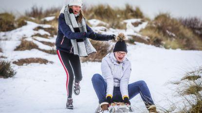 Van sneeuwman met zeewierkapsel tot glijden in de duinen: ook op het strand volop winterpret