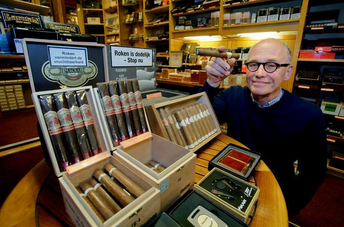 Ted Bogers in zijn vertrouwde tabakszaak aan het Vogelplein. Over twee maanden gaat de zaak na 65 jaar dicht. Maar Bogers blijft nog in beeld als werknemer.
