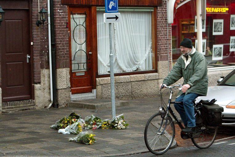 Bloemen in de Dorpsstraat in Amstelveen, waar Cor van Hout werd vermoord. Beeld anp
