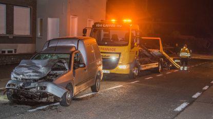 Automobilist knalt op geparkeerde wagens op Genste Steenweg