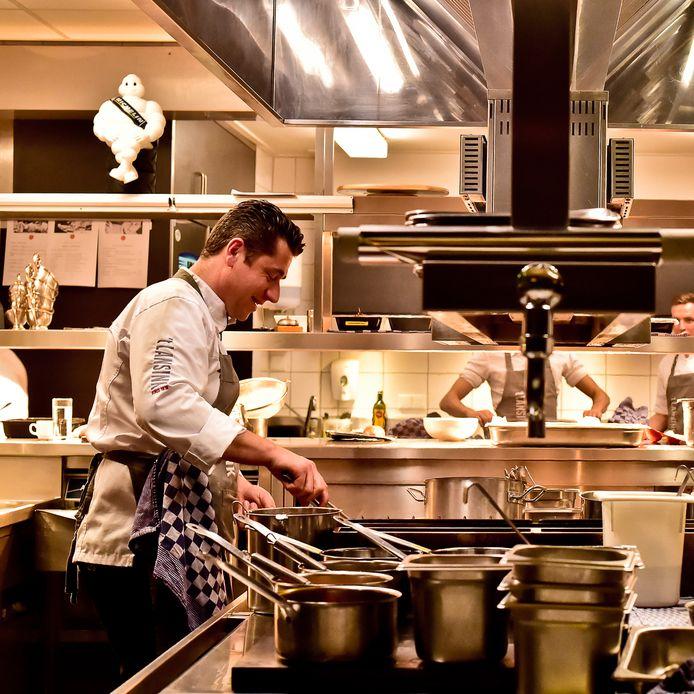 Meester-kok en eigenaar van Hotel-Restaurant 't Lansink Lars van Galen in zijn keuken.
