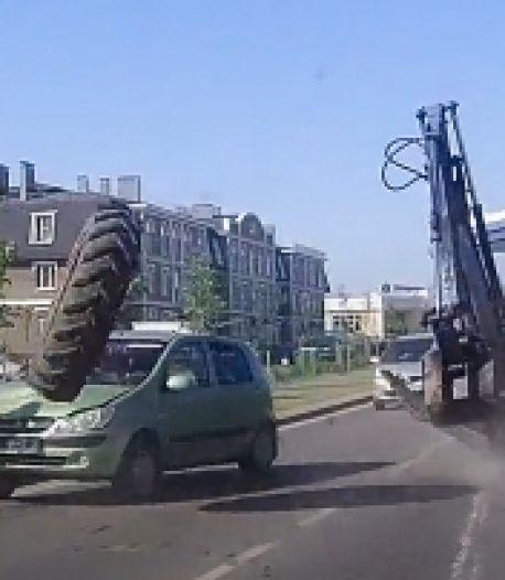 La roue d'un bulldozer se détache et percute plusieurs voitures