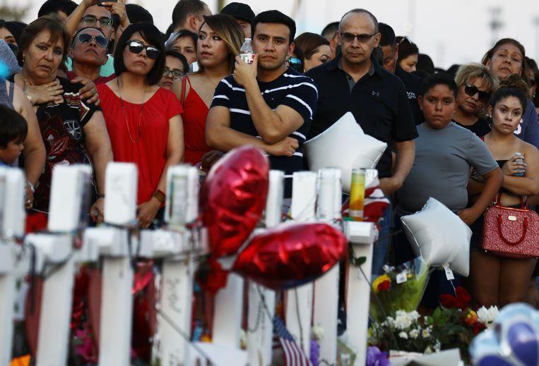 De sfeer in El Paso is grimmig. Bewoners van de stad rouwden gisteren bij de supermarkt waar zaterdag 22 doden vielen. Beeld AFP