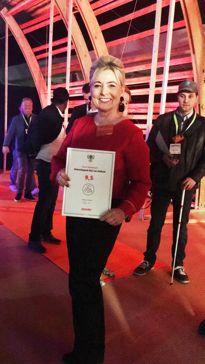 Riekie Smeets van vakantiepark Hof van Salland is erg blij met de gouden Zoover Award.