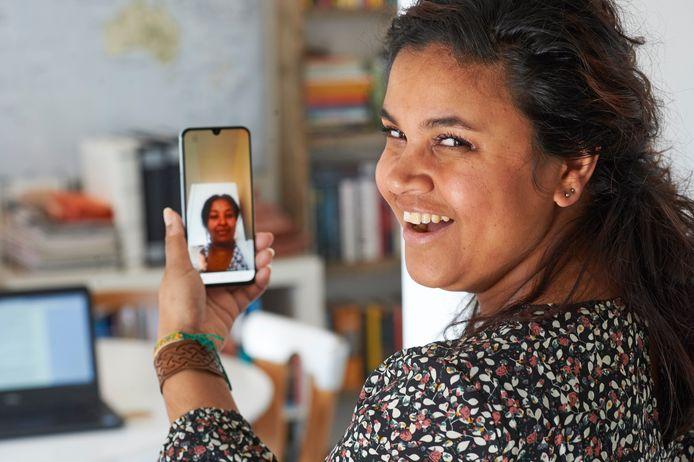 Sanne van der Wijst uit Oss videobelt met Fyori uit Eritrea. Ze kunnen elkaar niet meer in levenden lijve zien door het coronavirus.
