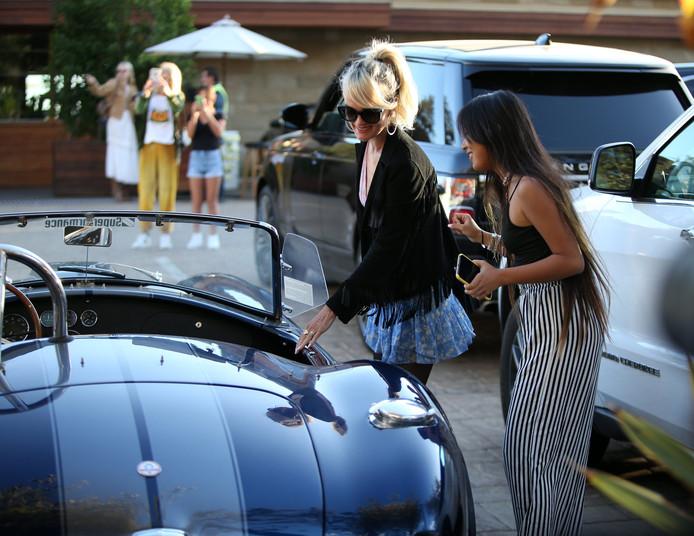 """Laeticia Hallyday avec sa fille Jade près de la voiture """"Shelby Cobra"""" sport de Johnny à Los Angeles, le 3 novembre 2019."""