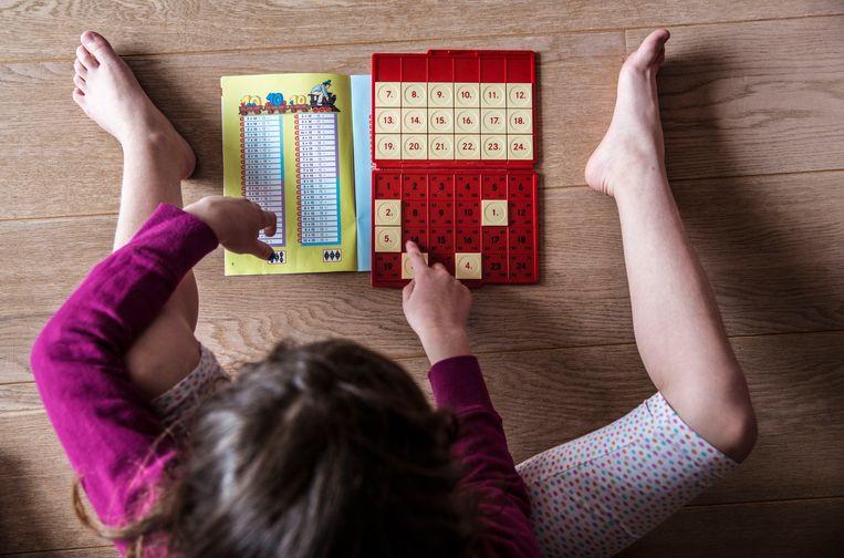 Meisje van 8 jaar speelt met LOCO, Loco bestaat al ruim 35 jaar een groot succes: thuis en op school.  Beeld Martijn Beekman