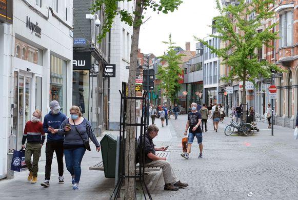 De Diestsestraat in Leuven. De eerste shoppingzaterdag verliep behoorlijk rustig.