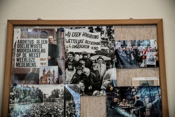 Foto's van anti-abortusdemonstraties door de jaren heen, in het kantoor van Stichting Civitas Christiana.