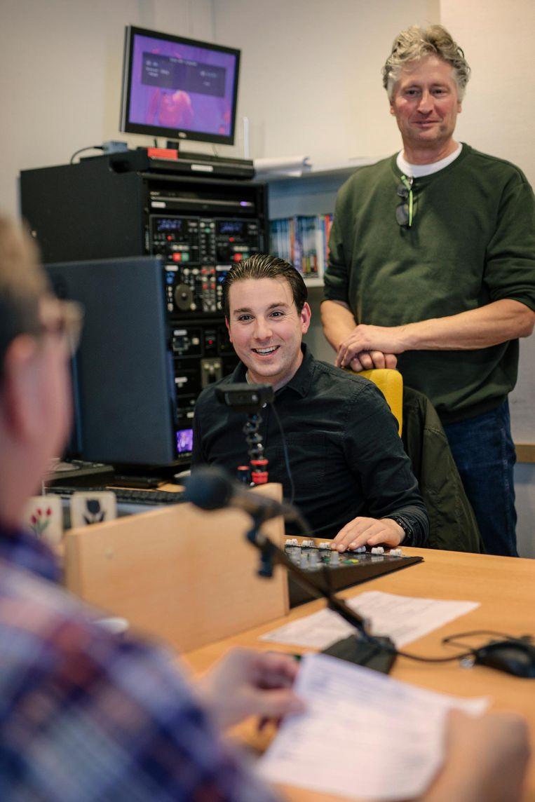 Presentator Karel van den Berghe, technicus Vincent Grommé en Jaap Wilting (vlnr): het donderdagavondteam van Radio Tulipa, de laatste ziekenomroep van Amsterdam en Amstelveen Beeld Marc Driessen
