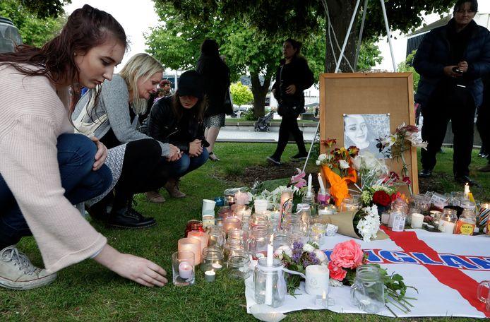 Inwoners van Auckland steken een kaarsje aan de op de plek waar de 22-jarige studente werd gevonden.