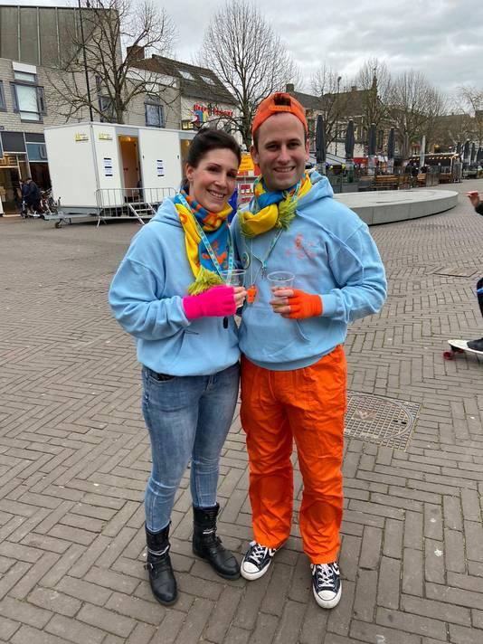Anke Donkers en Stijn van Huffels onderweg naar weer een andere kroeg.
