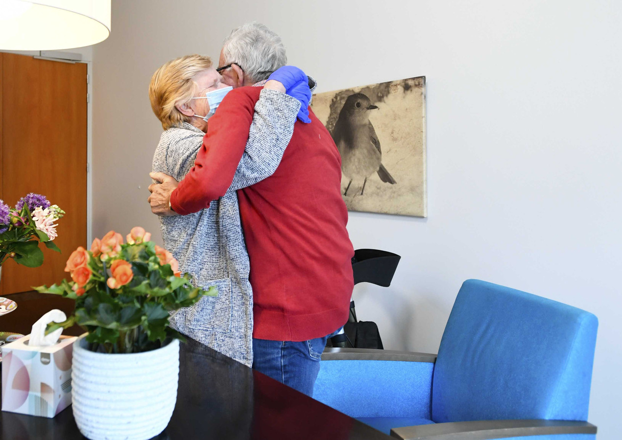 Een bewoner van verpleeghuis Honinghoeve in Nijmegen krijgt bezoek van zijn vrouw.