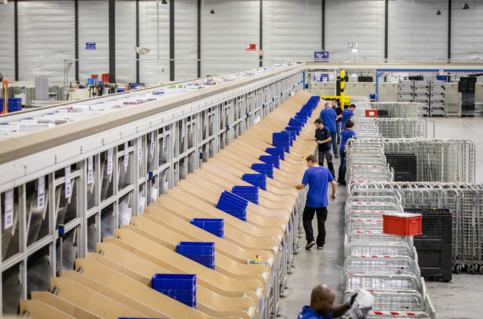 Medewerkers in het sorteercentrum van Sandd.