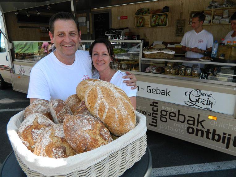 Vincent Gozin en zijn vrouw Inge aan hun nieuwe winkelwagen, waarmee ze al maanden op pad gaan.