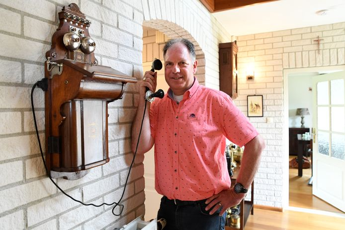 Eric de Regt post nog regelmatig herinneringen aan zijn vader op Facebook. Het oude telefoontoestel komt uit de verzameling van vader Rini, die vier jaar geleden overleed.