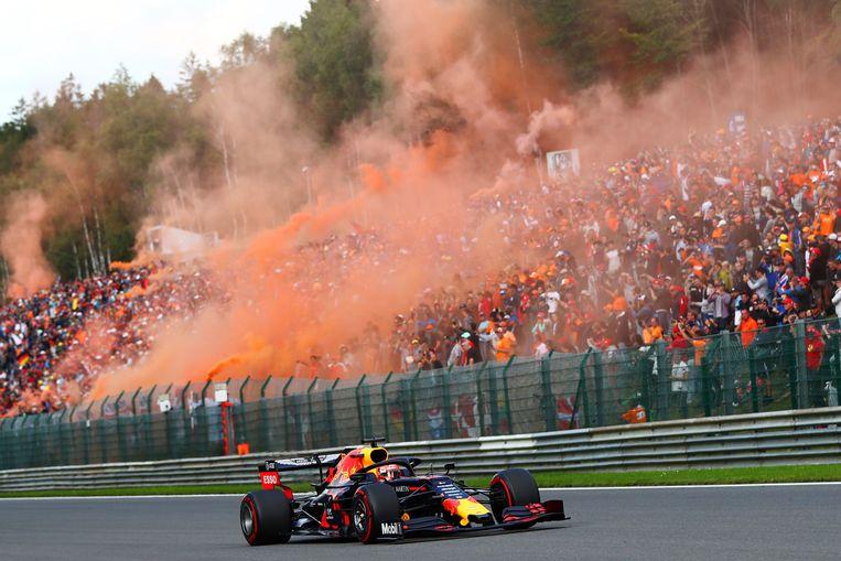 Max Verstappen passeert in 2019 de tribune met zijn fans tijdens de GP van België. Beeld Getty Images