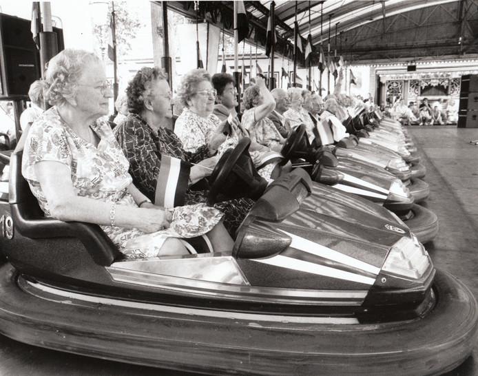Bij de traditionele ouderenkermis blijven de botsauto's doorgaans aan de kant, maar ook als zitplaats functioneren ze uitstekend. Een beeld van de speciale seniorenmiddag in Sint-Oedenrode in 1991.