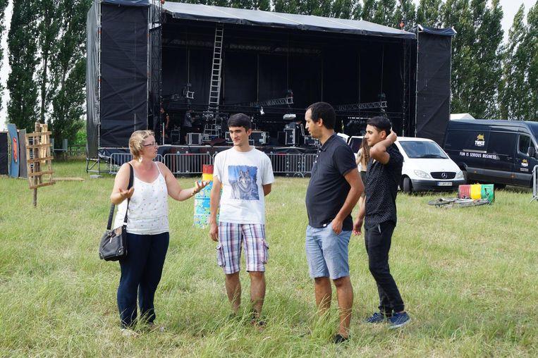 De vluchtelingen van het opvangcentrum in Poelkapelle krijgen een rondleiding op het terrein van Irie Vibes.