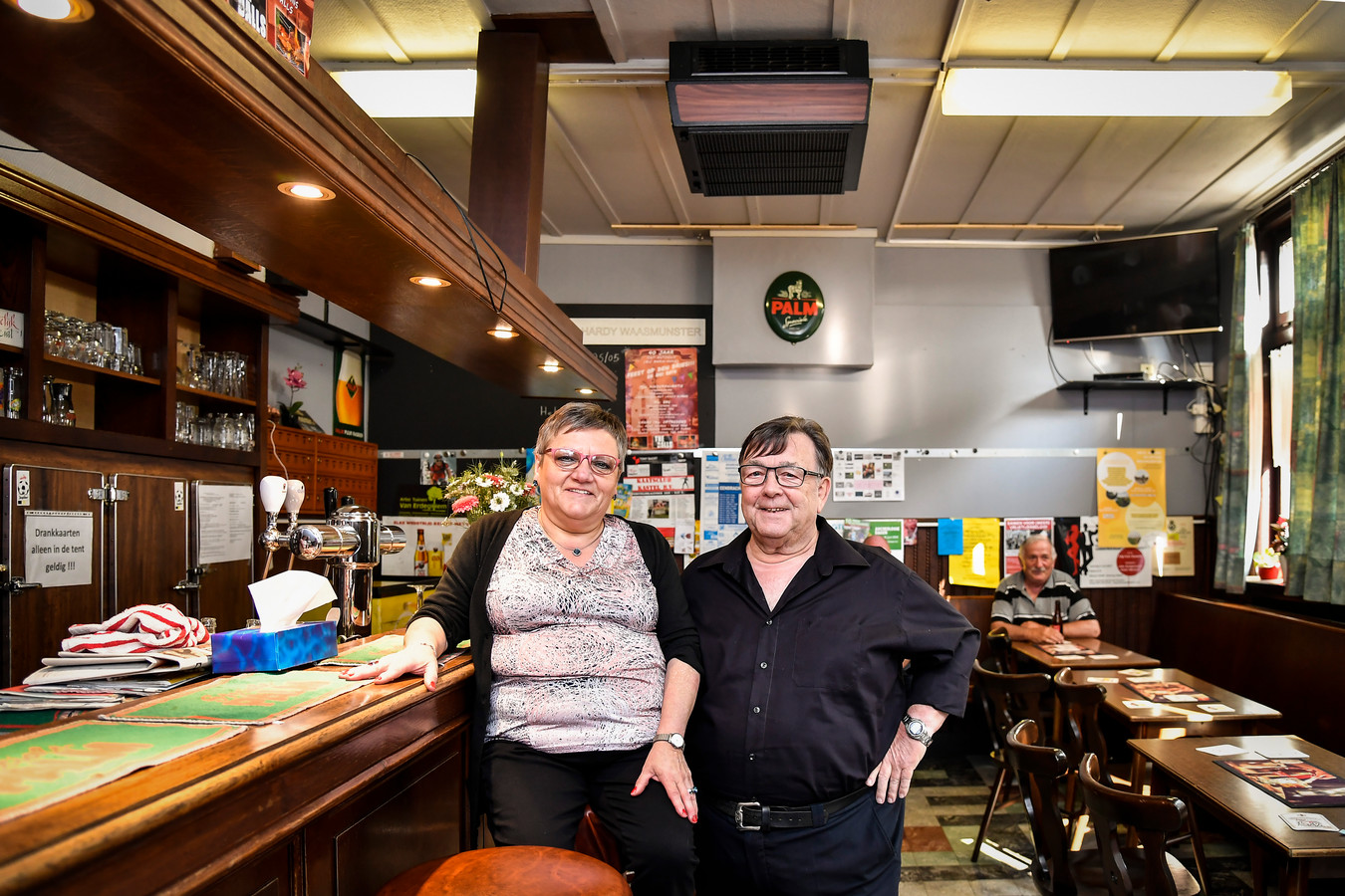 Marie-Anne (65) en haar partner Eduard (75). De twee leerden elkaar kennen in het café.