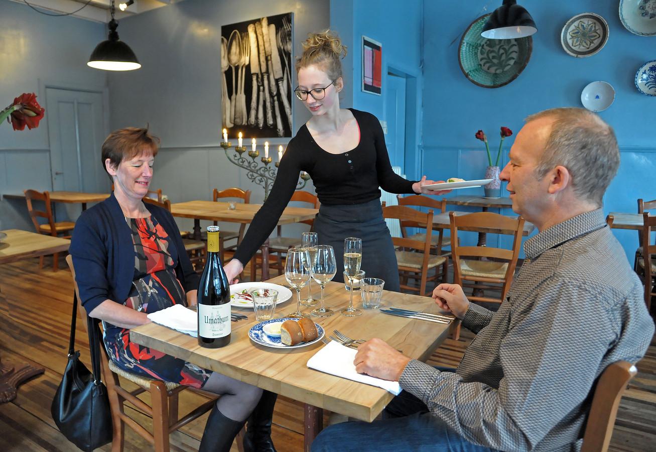 Gastvrouw Jessie dient het voorgerecht op in restaurant Kindt & Co.