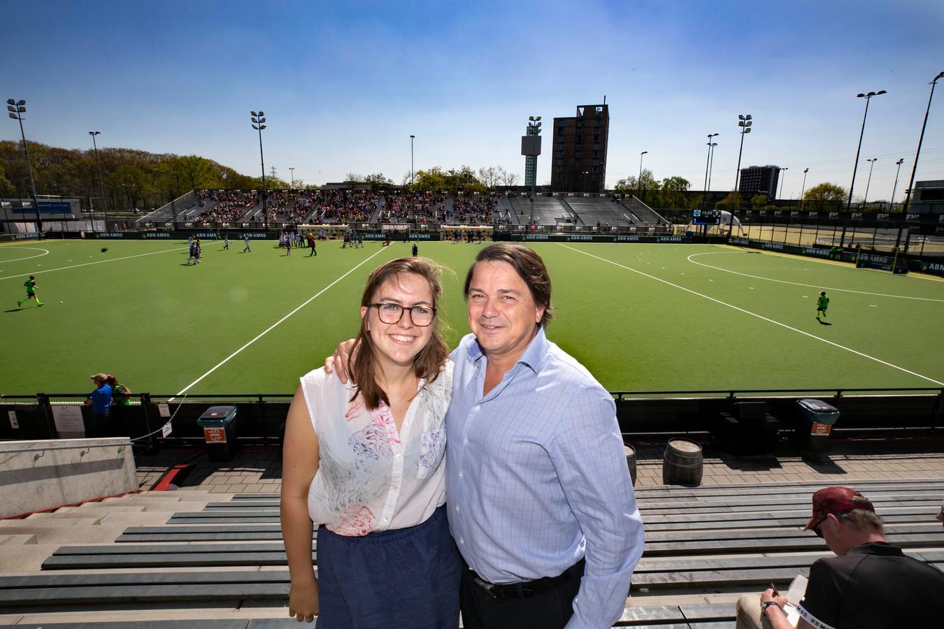 """Hans Erik Tuijt samen met zijn dochter Teska tijdens de Euro Hockey League bij Oranje-Rood in Eindhoven. ,,Dit weekend komt mijn hele gezin naar Eindhoven"""", zegt de  EHL-voorzitter."""