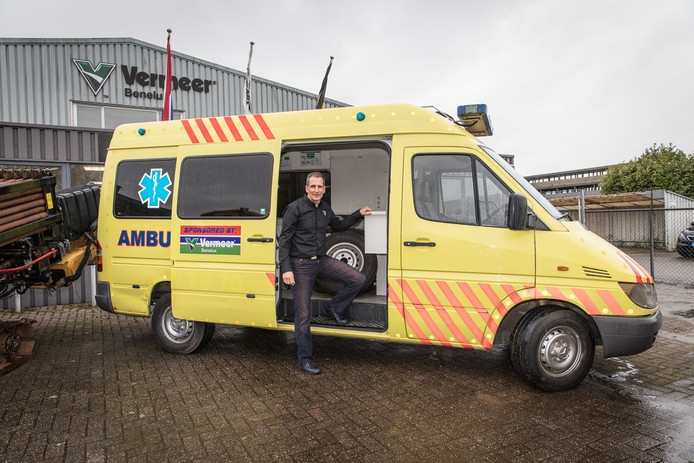 Remy Grootjans (directeur van Vermeer Benelux) met de ambulance voor het ziekenhuis in Gambia.