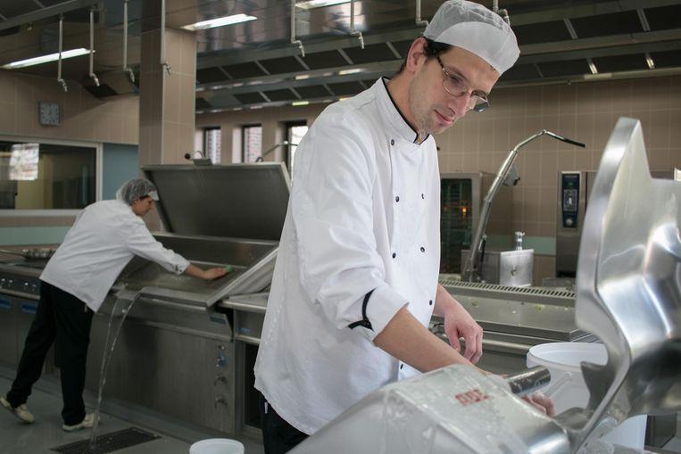 Niet alleen koken, maar ook poetsen hoort erbij voor het keukenpersoneel.