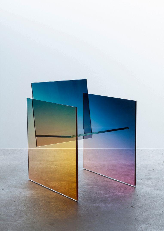Ontwerper Germans Ermičs brengt met zijn 'Ombré Glass Chair' een ode aan Shiro Kuramata's vooruitstrevende glasstoel uit 1976, prijs op aanvraag.  Beeld