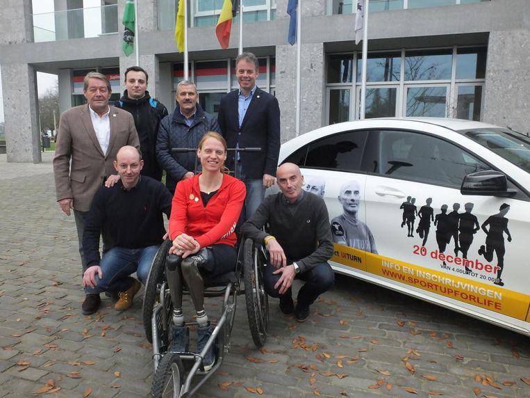 Vooraan: ultralopers Yves en Serge Van Autreve (rechts) naast Hannelore Vens. Achteraan: vlnr. sportschepen Norbert De Mey, Boris Roobaert en Luc Van Praet van de sportdienst en burgemeester Jan Vermeulen.