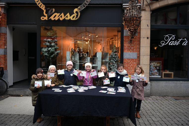 Het tweede leerjaar van GBS De Lijsterboom in Blanden bracht kleurrijke pins aan de man aan juwelenwinkel Lasso in Leuven.
